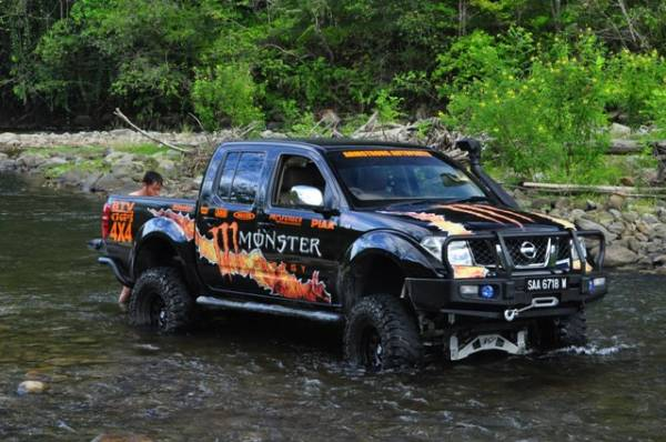 nissan navara monster truck with creepy crawler