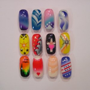 12 airbrushed pieces  12 airbrushed pieces on nail trainer nails