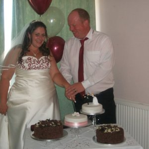 Louise cutting the cake
