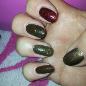 Shellac new colour Faux Fur matt with embossed patter on Little and middle finger. Layered with Tinsel toast on ring finger, Ruby ritz on index and Sugared spic on thumb!