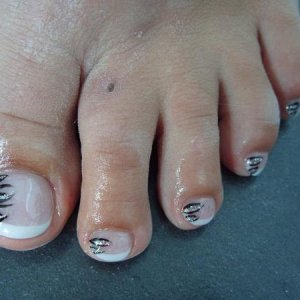 l&p toes with free hand art.