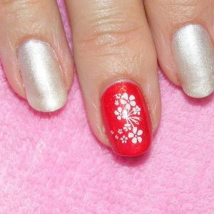 Shellac in Studio White with a custom pigment overlay. Feature nail in Hollywood with stamping.