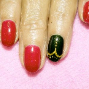 Shellac in Ruby Ritz with feature nail in Pretty Poison and gold gel design.
